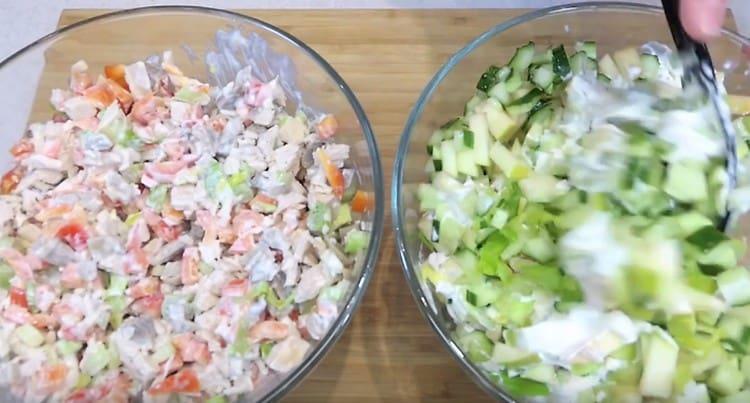 Перемешиваем салаты.