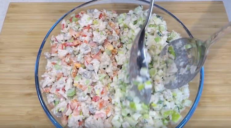 на одну половины блюда выкладываем один вариант салата, а на вторую другой.