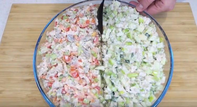 Ложкой делаем небольшую бороздку между двумя видами салата.