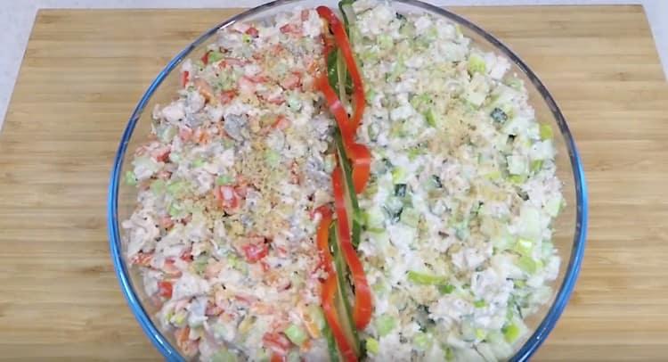 Оба вида салата посыпаем измельченными грецкими орехами.