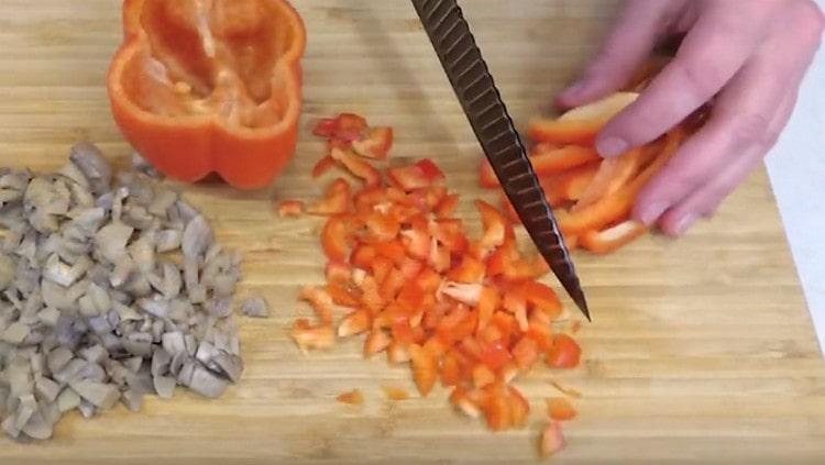 мелким кубиком нарезаем также болгарский перец.