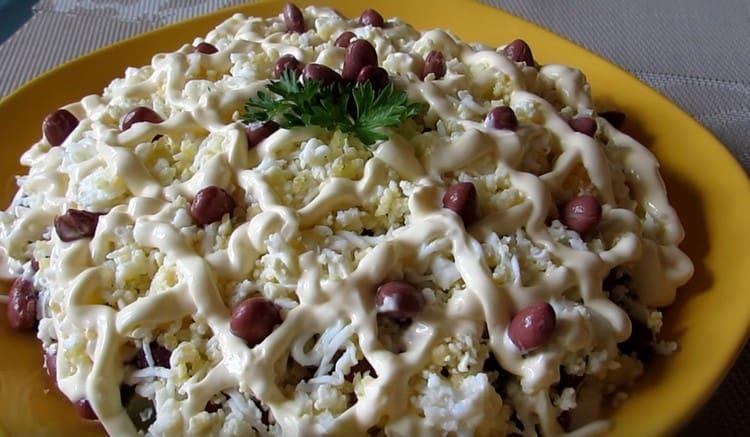 Аппетитный салат с курицей и консервированной фасолью готов.