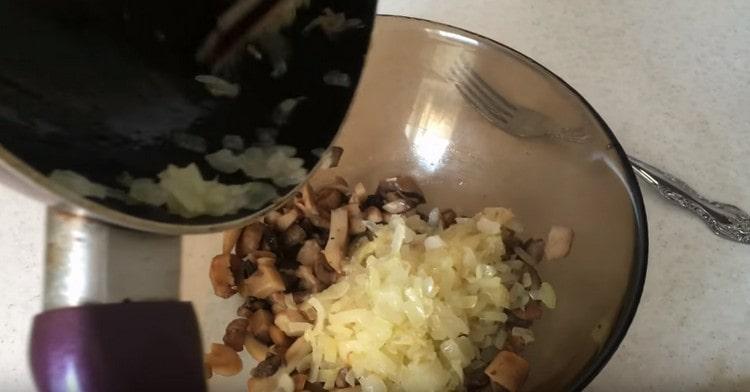 Перекладываем обжаренный лук к грибам.