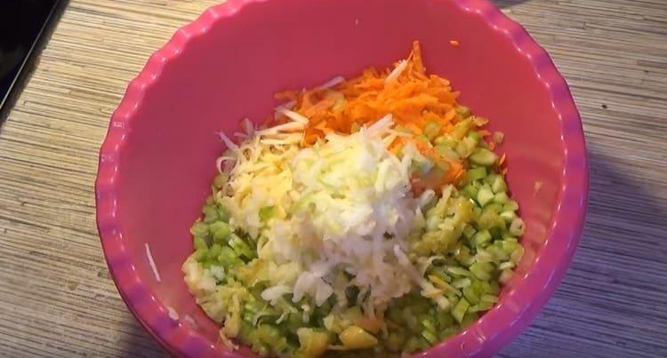 В миску с салатом натираем яблоко.