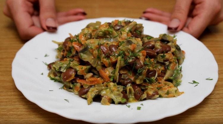 Аппетитный салат с фасолью и грибами готов.