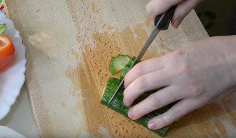 Нарезаем кусочками также огурцы и помидоры.