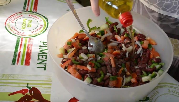Заправляем салат растительным маслом.