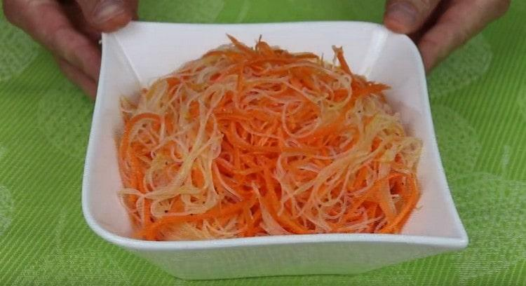 Салат с фунчозой и корейской морковью готов.