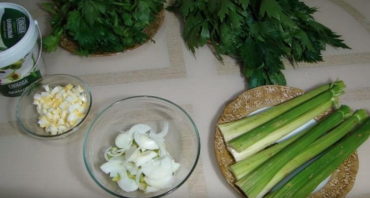 Измельчаем лук и добавляем к сельдерею.