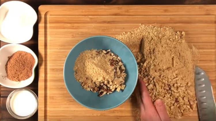 Печенье с орехами перемешиваем в одной емкости.