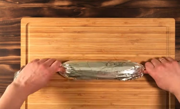 Получившуюся колбаску заворачиваем в фольгу и ставим в холодильник.