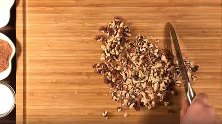 Измельчаем грецкие орехи.