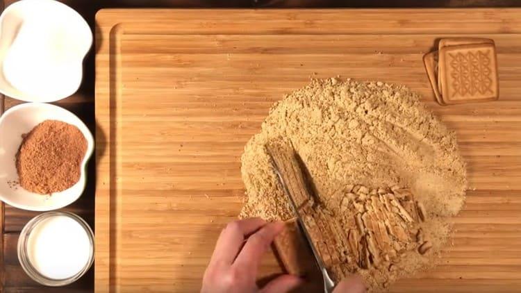 Небольшую часть печенья режем ножом на кусочки.