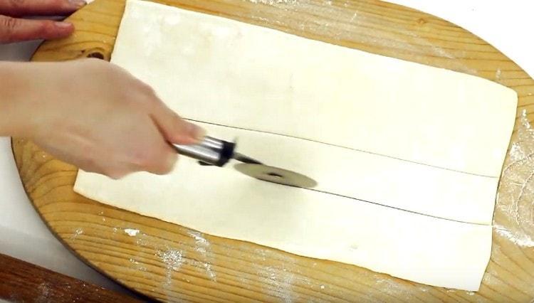 Нарезаем тесто на длинные полоски.