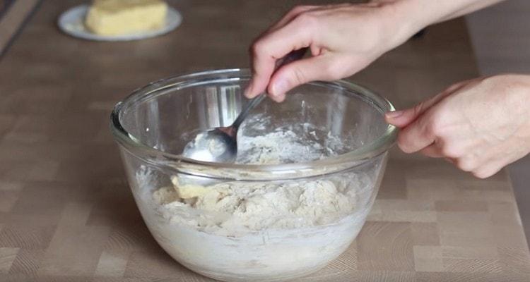 Перемешиваем тесто, добавляем сливочное масло.