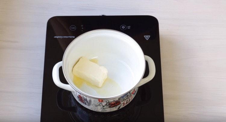 Затем растапливаем сливочное масло.