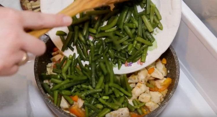 Далее возвращаем в сковороду куриное филе и фасоль.