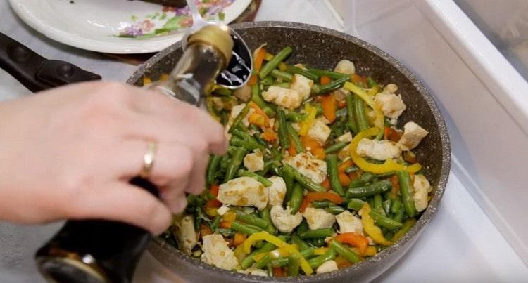 Вместо соли приправляем блюдо соевым соусом.