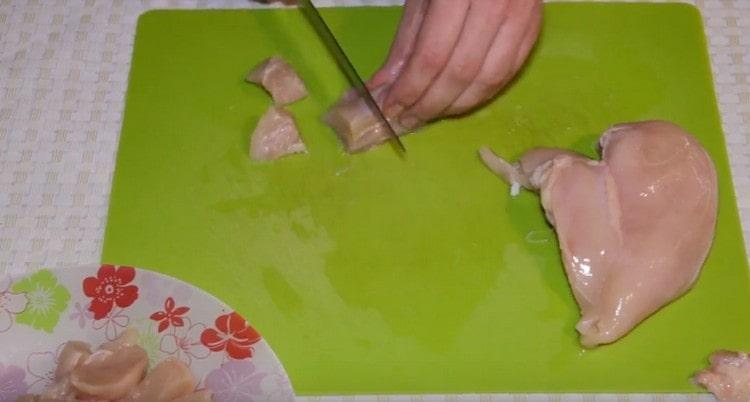 кусочками нарезаем куриное филе.