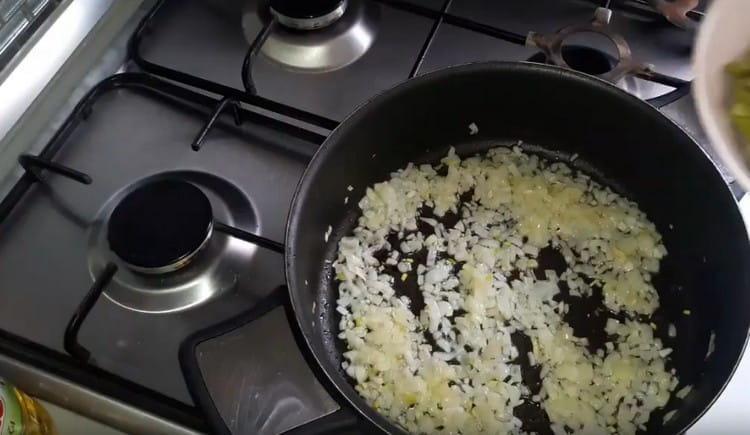 Измельчаем лук и обжариваем его на растительном масле.