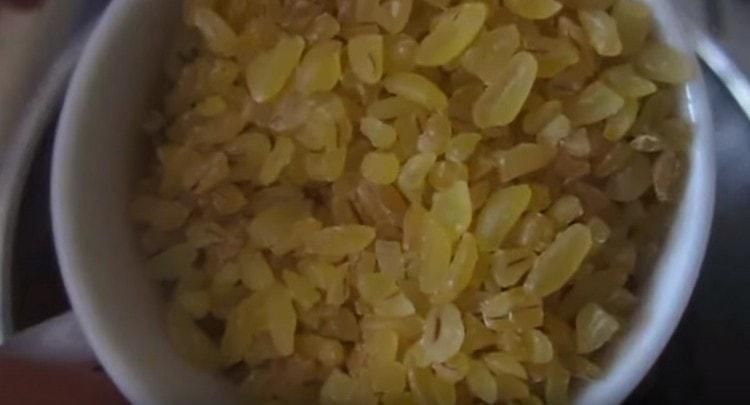 Промываем также рис либо булгур.