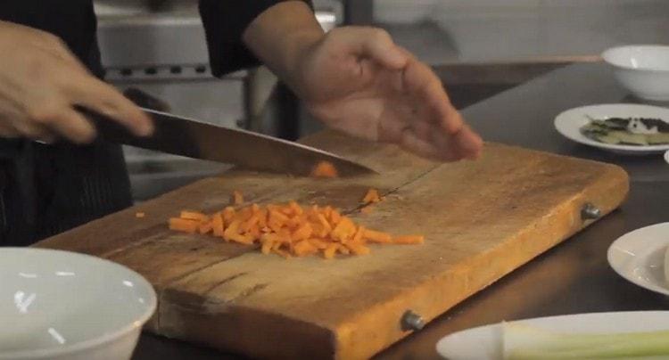 Нарезаем мелко морковь.