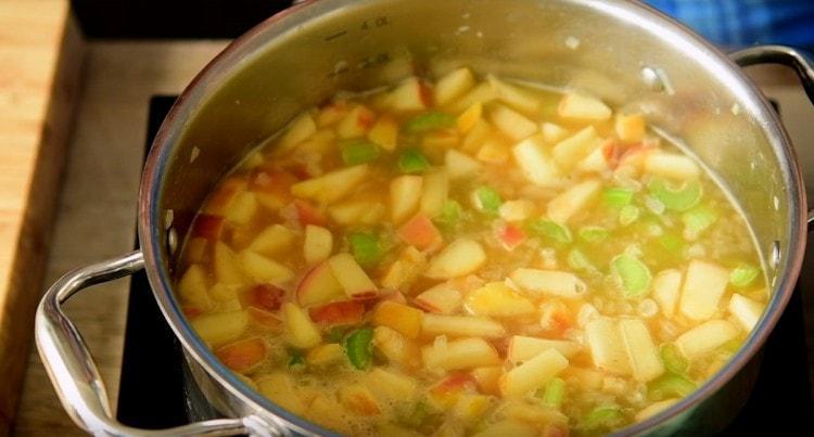 томим суп на минимальном огне.