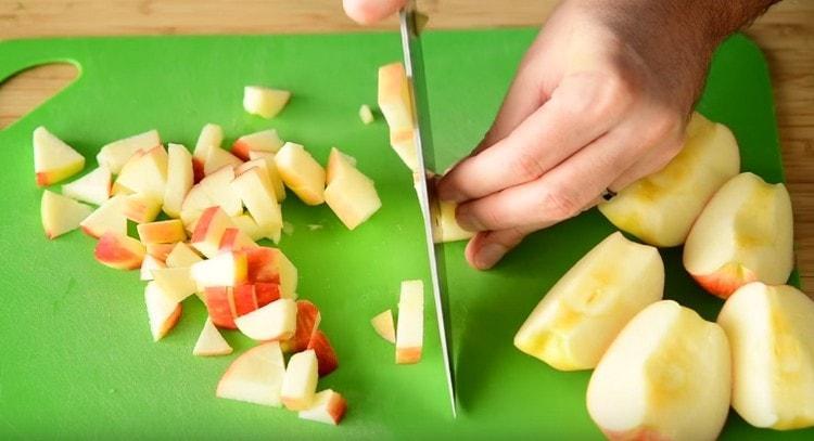 Таким же мелким кубиком нарезаем яблоки.