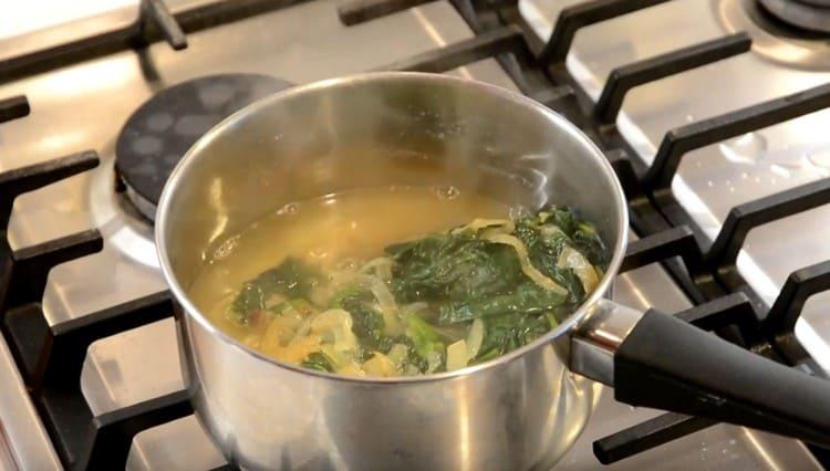 К картофелю добавляем шпинат с зеленью, а также воду.