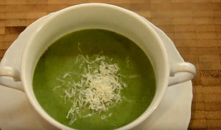 При подаче украшаем суп из свежего шпината пармезаном.