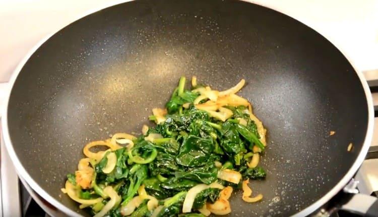 Снимаем сковороду с овощами с плиты.