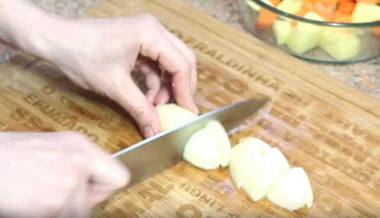 Режем кусочками картофель.