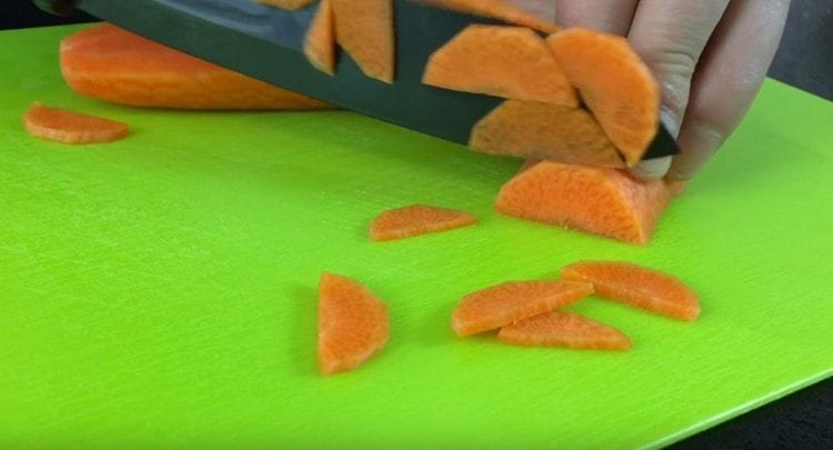 Нарезаем морковью