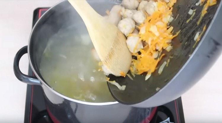 Добавляем в суп фрикадельки вместе с зажаркой.