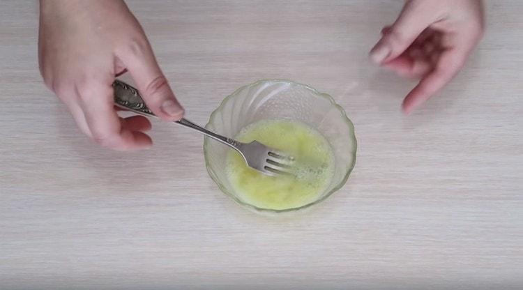 Вилочкой взбиваем яйцо с солью.