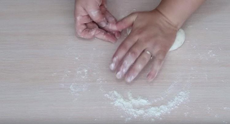 Вымешиваем гладкое, достаточно тугое тесто.