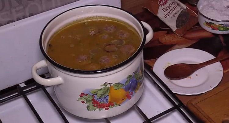 Ароматный суп с чечевицей и картофелем готов.