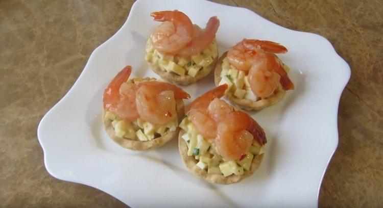 Аппетитные и красивые тарталетки с креветками готовы.