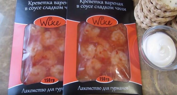 Нам понадобятся креветки в сладком соусе чили.