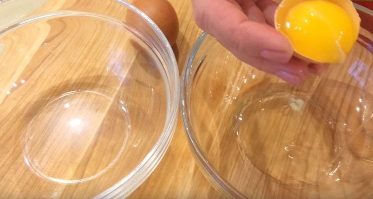 разделяем яйца на белки и желтки.