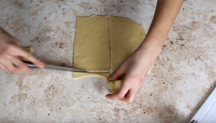 Вырезаем из раскатанного пласта листы лазаньи.