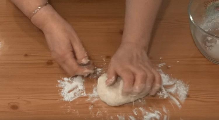 Вымешиваем тесто на рабочей поверхности.