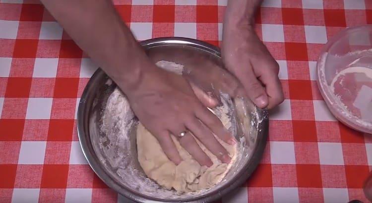 Замешиваем мягкое нелипкое тесто.