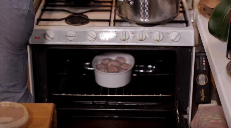 Отправляем форму с тефтелями в разогретую духовку.