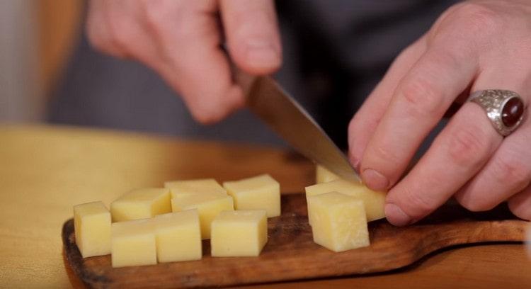 Нарезаем кубиками твердый сыр.
