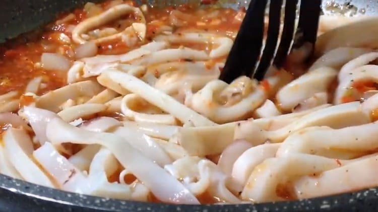 В готовый соус выкладываем кольца кальмаров, перемешиваем.
