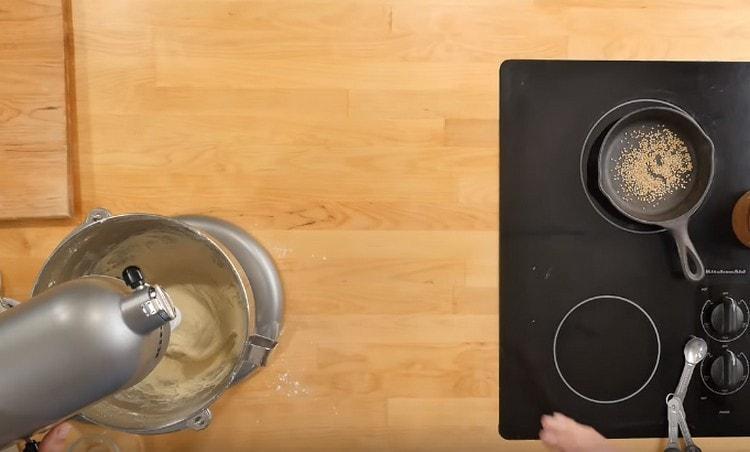 замешиваем тесто, добавив в него растительное масло.
