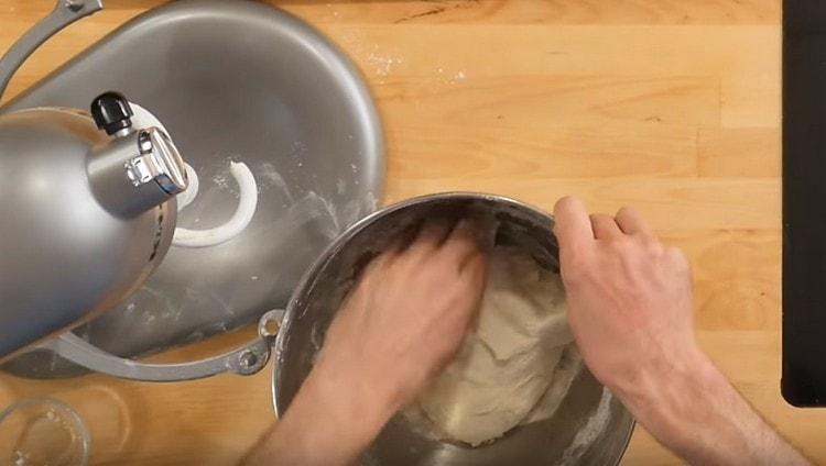 Тесто можно также немного вымесить руками.