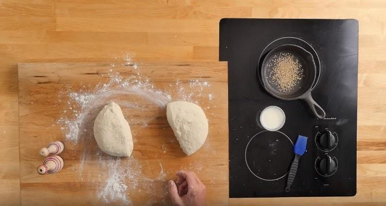 Разделяем подошедшее тесто на две части.