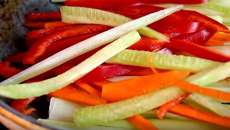 Выкладываем на сковороду нарезанные овощи.